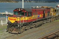 DQ2007 shunts its train in Hobart yard, January 2007